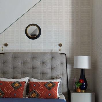 Гостевая спальня №1на мансардном этаже. Кровать Theodore Alexander, лампа Visual Comfort, постельное белье Amalia, подушки свышивкой Don Maison. Обои Anna French.