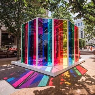 Инсталляция из разноцветного стекла в Лондоне