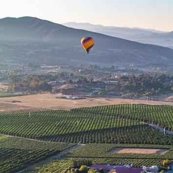 Вдохновение на неделю: романтические пейзажи на фоне воздушных шаров