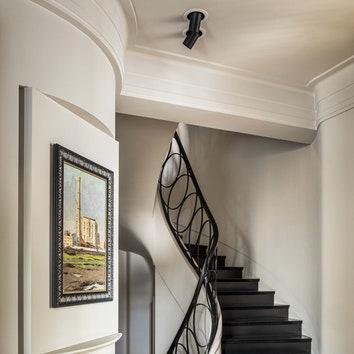 Лестничный холл. Ступени лестницы изискусственного камня изготовлены почертежам MatGolm вкомпании Фирмон, ограждение лестницы выполнено назаказ.