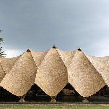 Спортивная площадка с бамбуковой крышей на Бали