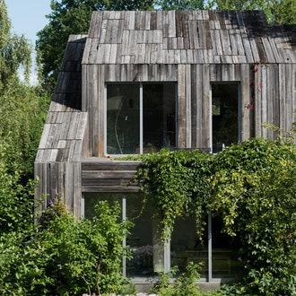 Дом с фасадом из вторичной древесины по проекту Nefa Architects