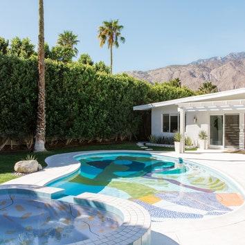 Бассейн с фреской в особняке в Калифорнии