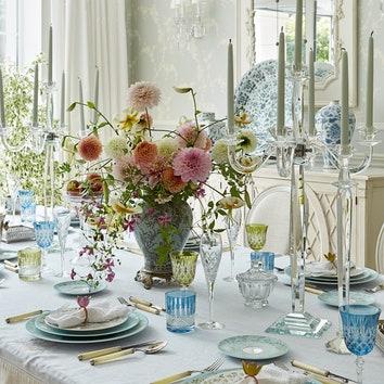 На столе: фарфоровый сервиз, Raynaud; бокалы из цветного и белого хрусталя из коллекции хозяев.