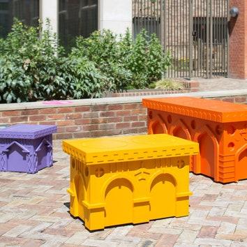 Дизайнерские скамейки на улицах Лондона
