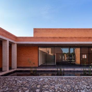 Культурный центр с пирамидальными крышами в Мексике