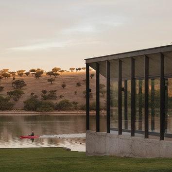 Дом с панорамными окнами на берегу озера