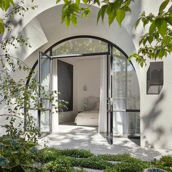 Жилой дом с арочными окнами в Австралии
