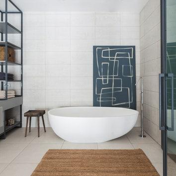 ванная комната с отдельно стоящей ванной