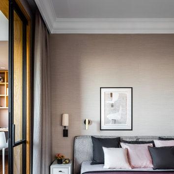 Фрагмент спальни. Кровать, Furninova; прикроватные тумбы сделаны на заказ по эскизам дизайнера; ручки, Latuning.