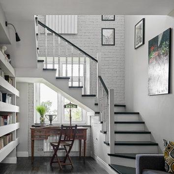 Как оформить пространство под лестницей: 8 примеров