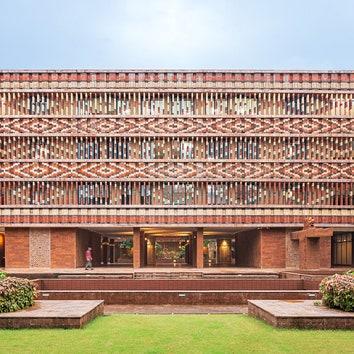 Правительственное здание с кирпичным фасадом в Индии