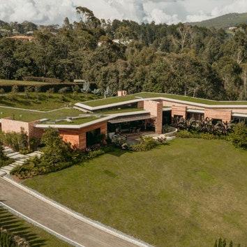 Дом с зеленой крышей в Колумбии