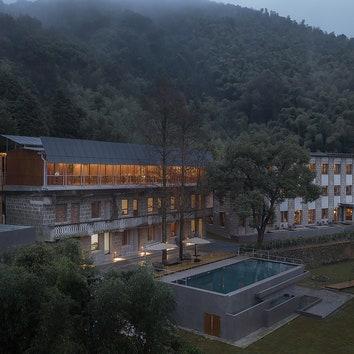 Отель в здании старой школы в округе Циньян