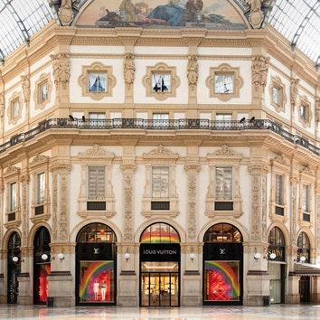 Louis Vuitton украсил витрины бутиков детскими рисунками