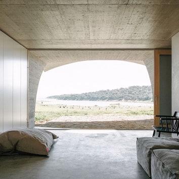 Бетонный дом-пещера в Португалии