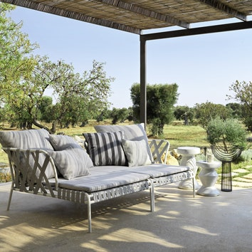 Два кресла INOUT сасимметричными подлокотниками, оформленными эластичными ремнями.