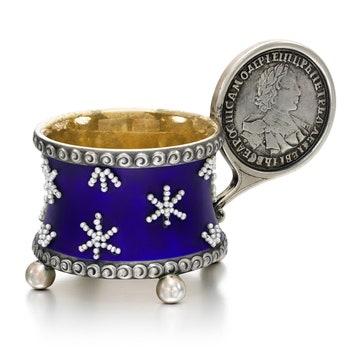 Позолоченная изнутри иукрашенная мелким жемчугом серебряная чарка Фаберже. Москва, 1908-1917. £10,000– 15,000