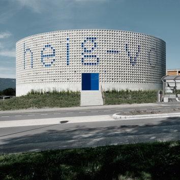 Университетский двор с оптической иллюзией и кессонной стеной в Швейцарии