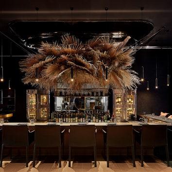 Оттенки жженого дерева и пепла в ресторане Charcohol в Шанхае