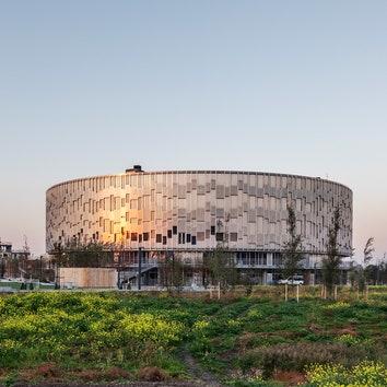 Школа с металлическим фасадом в Дании