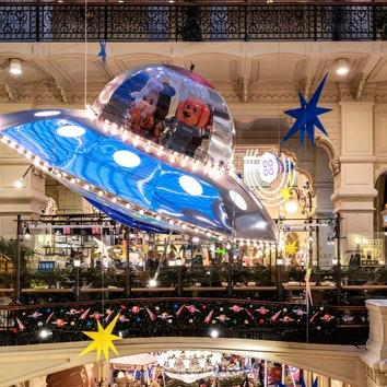 """""""Новый год в космосе"""": праздничное оформление ГУМа от бюро Wowhaus"""