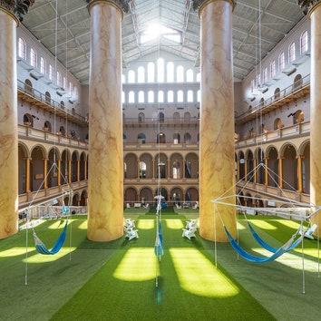 Инсталляция-лужайка в Национальном музее строительства в Вашингтоне