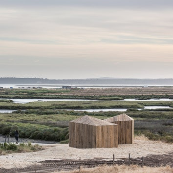 #отпускпообмену: деревянный домик на берегу реки в Португалии