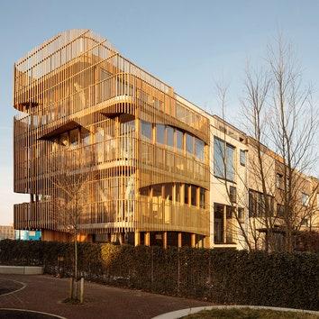 Дом с деревянным фасадом в Амстердаме