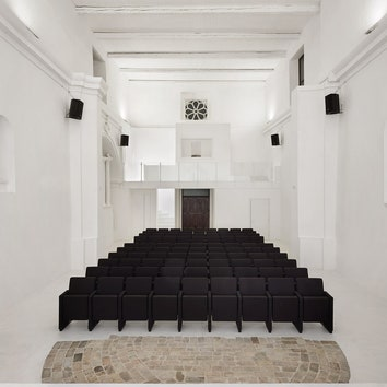 Минималистский театр в здании старой церкви