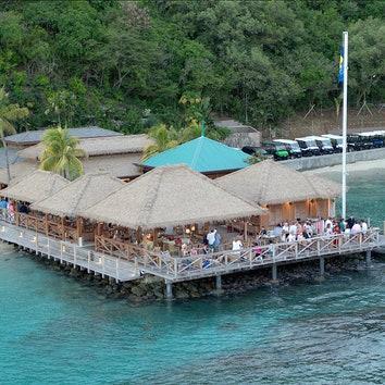 Филипп Старк восстановил Basil's Bar на острове Мюстик