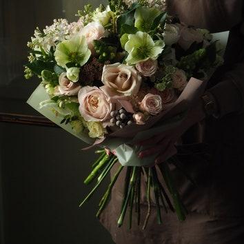 Букет вгамме Розе. В составе несколько сортов пионовидных садовых роз, сирень, астранция,эустома, хелеборус, шарики брунии, вибурнум, ранунукулусы иантирринум.