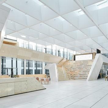 Светлое здание завода Swarovski Manufaktur по проекту Snøhetta