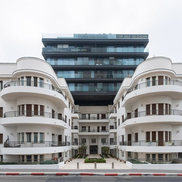 """Жилой комплекс """"Ха-Яркон 96"""". Старую часть построил в1935году Пинхас Бизунски, современный корпус добавлен в2012году. ."""