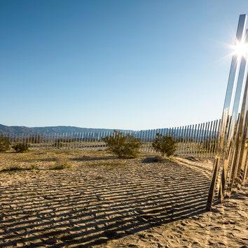 Инсталляция по проекту Филиппа К. Смита в Калифорнии.