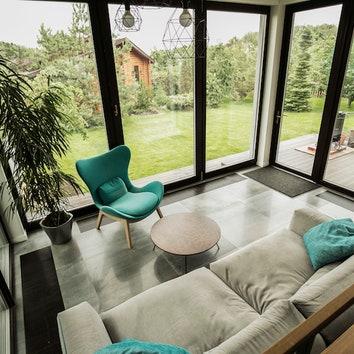 Зона отдыха рядом с кухней. Плитка, Grespania Oxido, салон Sagardi; кресло, Calligaris Lazy Chair; диван, МЕХО.