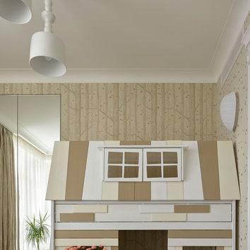 Комната дочери. Обои, Cole & Son; кровать, Kidsrooms.club; пуфик, Ligne Roset; ковер, The Rug Company; светильники, Karman.