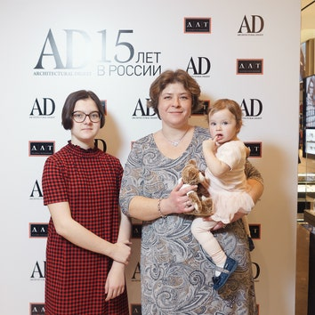 Евгения Микулина, AD, с дочерьми Валентиной и Александрой.