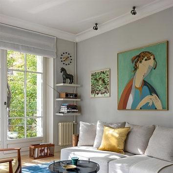 В гостиной наддиваном, Maxalto, живопись Филарета Шагабутдинова и,ближек окну, работа СергеяКужавского.