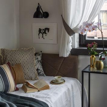 Фрагмент второй спальни. Кровать изготовлена по эскизам дизайнера; бра, Lampe Gras, картина — собственность стилиста.