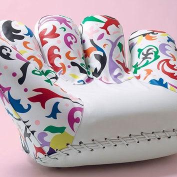 Цветы на ладони: новая обивка легендарного кресла-перчатки
