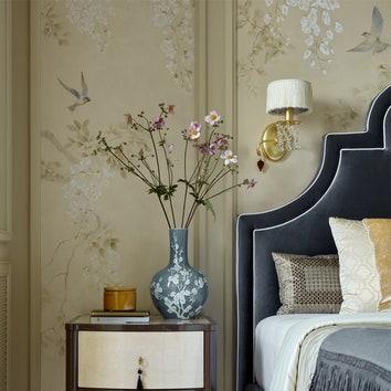 Спальня хозяйки. Стена в изголовье кровати, Softhouse, оклеена обоями, Fresq. Тумбочки сделаны по эскизам дизайнера в компании Mrs. Ruby. Бра, Baga. Ковер, Serge Lesage.