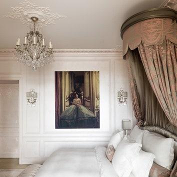 """Спальня лагерфельдовского номера. На стенах условно театрализованные современные картины на тему """"старинной жизни"""". """"Работа с Лагерфельдом была для меня счастьем, — рассказывает Алин. — Он просто ходячая энциклопедия"""". Вдекоре номера использованы мотивы одной излюбимых картин Лагерфельда, работы живописца XVIIIвека Жака де Лажу, а также раппорт ткани, которой была украшена Версальская опера в1770-м по случаю свадьбы Марии-Антуанетты и дофина Людовика (будущего ЛюдовикаXVI)."""