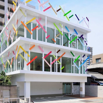 Детский сад с ярким фасадом-рощей в Японии