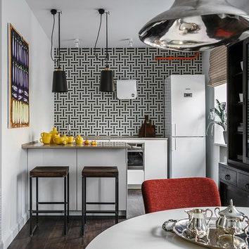 Кухня. Гарнитур, Rot Punkt; стлешница, Ceasarstone; подвесные светильники, Buster + Punch; светильники, Centrsvet Group; барные стулья, Archpole; чайный сервиз, Muuto; на стене керамогранит, TopCer.