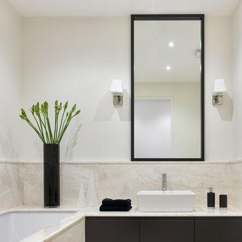 Для отделки главной ванной Дина использовала травертин. Подстолье раковины сделано на заказ.