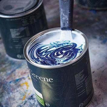 На заводе красок Little Greene в Уэльсе производят белоснежную базу, апигменты построгой рецептуре смешивают вколеровочных машинах вмагазинах.