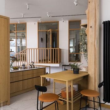 Вид из кухни на второй уровень, где располагаются детские и спальни.