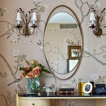 Фрагмент спальни. Туалетный столик по эскизам декоратора. Банкетка, Франция, XIX век. Ваза, Китай, XIX век. Бра, Франция, 1950-е годы.