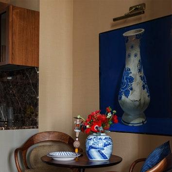 "Фрагмент кухни. Картина Дмитрия Колистратова ""Ваза № 3"". Вазы, тарелка и подушка, все Ralph Lauren Home. Подсвечник, Living."